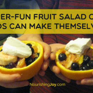 Fruit salad cups that kids can make themselves! What a great way to get them involved at snacktime, breakfast time, or dessert time!